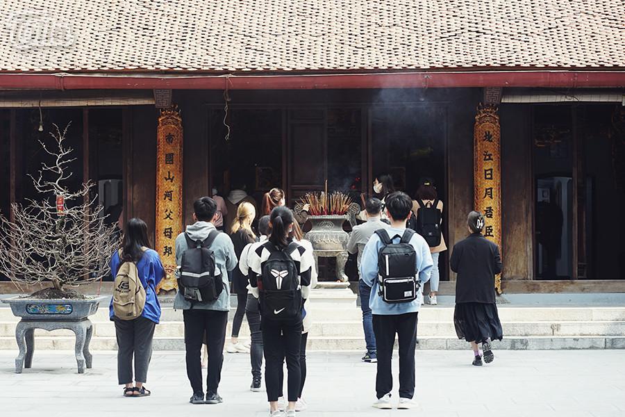 Nếu như ở các ngôi chùa khác, người đến thắp hương đông nhất là các cụ cao niên và trung niên thì ở chùa Hà, đông nhất lại là các bạn trẻ.